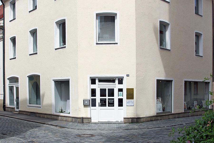 Sie sehen das Gebäude indem sich die Zahnarztpraxis in Straubing befindet.